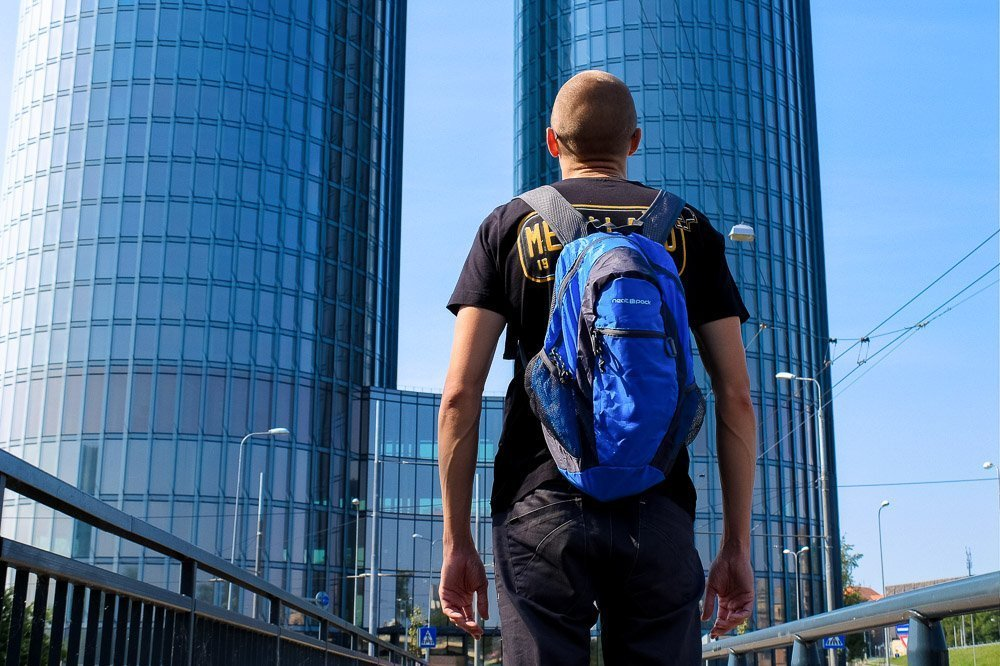 Kaspars wearing Neatpack foldable daypack