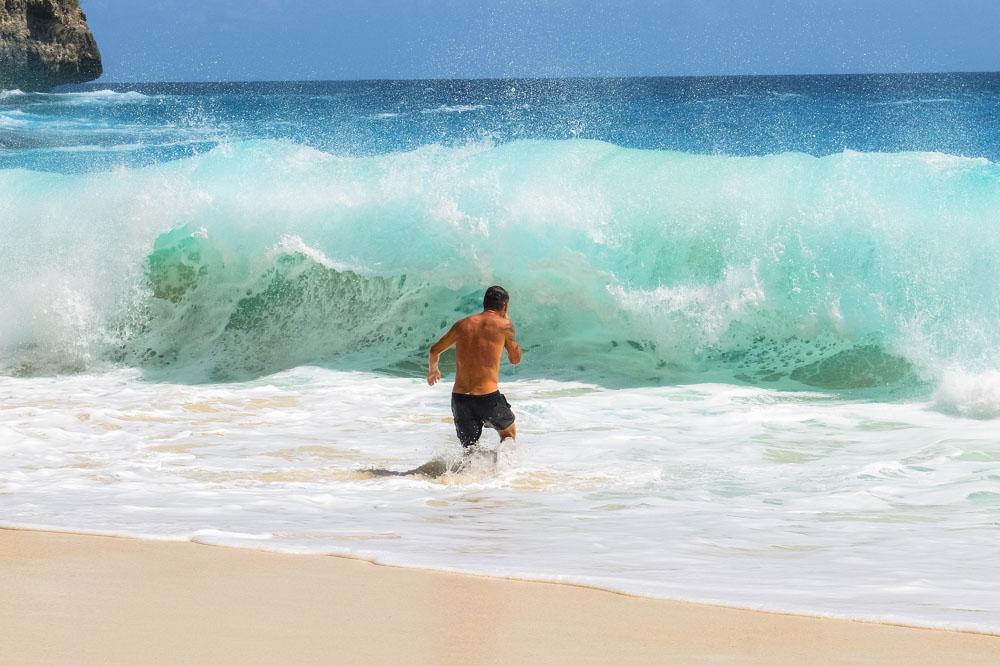 Waves on the Kelingking beach